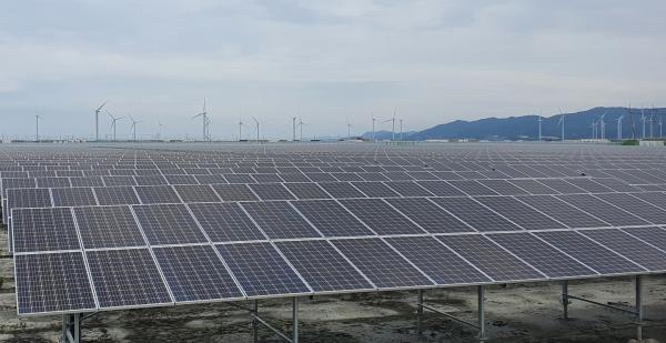 발전소 인근 5개 마을에 주민들이 직접 참여하는 태양광 발전단지를 조성한 모습.(사진제공=영광군)